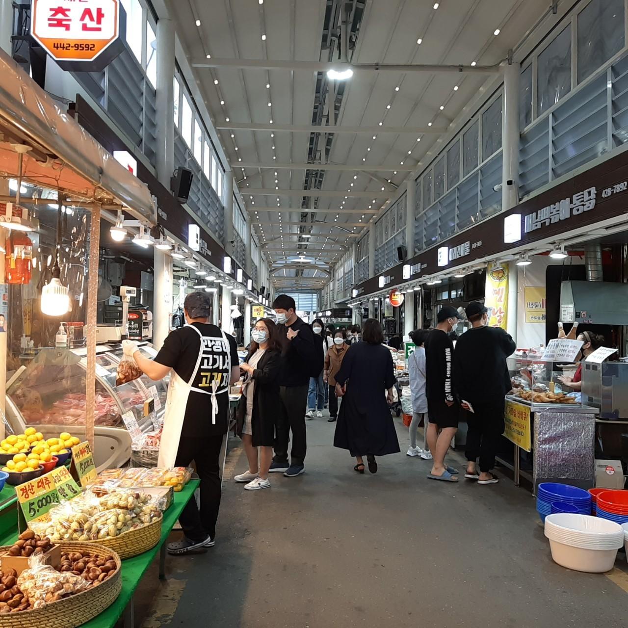 서울 강동구 명일전통시장을 찾은 시민들이 상품을 살펴보고 있다. 외식분야 쿠폰도 방역 상황을 봐가며 추후 제공할 계획이다.